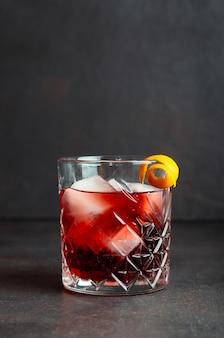 Cocktail negroni. amaro, gin, vermouth, ghiaccio. bar. ricette. bevande alcoliche.