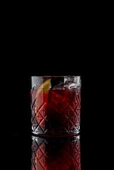 Negroni cocktail su uno sfondo nero