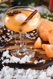 Cocktail negroni. bourbon alla cannella con succo di mandarino e anice stellato.