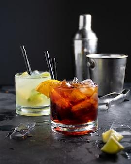 Negroni cocktail e caipirinha con ghiaccio