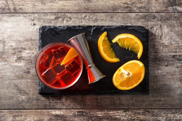 Negroni cocktail in vetro sul tavolo di legno