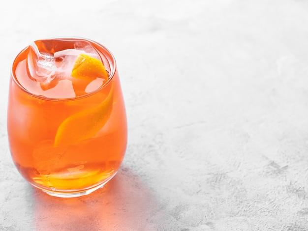 Negroni cocktail su sfondo chiaro. copia spazio.