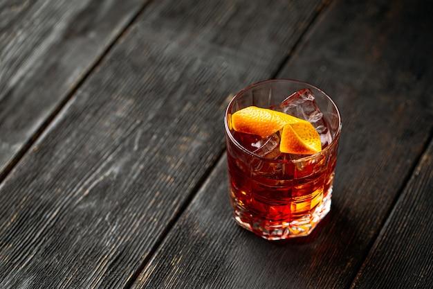 Cocktail negroni con gin nel bicchiere vecchio modo