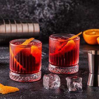 Cocktail negroni con buccia d'arancia e ghiaccio