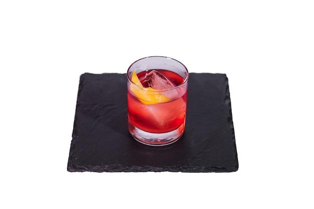 Negroni cocktail con scorza d'arancia isolato su sfondo bianco