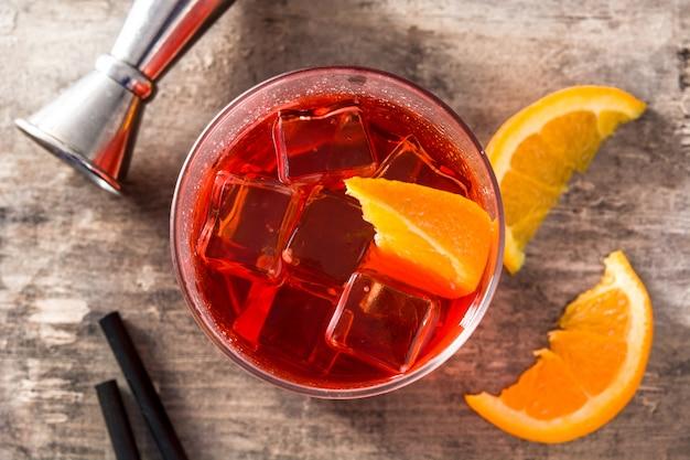 Negroni cocktail con un pezzo di arancia in un bicchiere