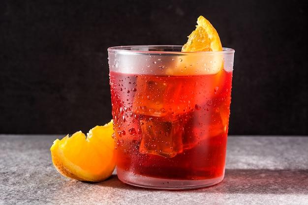 Negroni cocktail con pezzo di arancia
