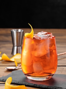 Negroni cocktail su un tavolo di legno. copia spazio.