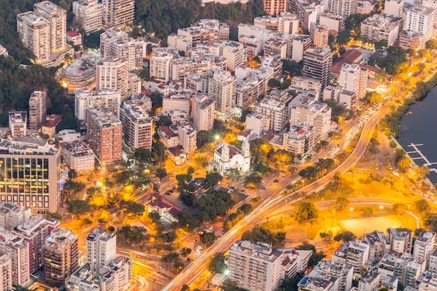 Quartiere di humaita visto dalla cima della collina di corcovado rio de janeiro, brasile.