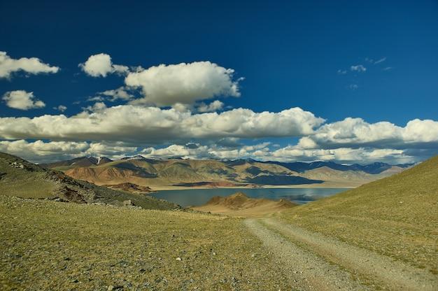 Vicinanze e strade di montagna altopiano lago tolbo tuur