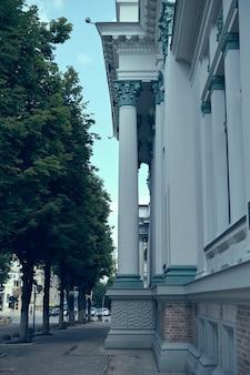 Particolare di architettura neoclassica. progettazione architettonica di colonne antiche.