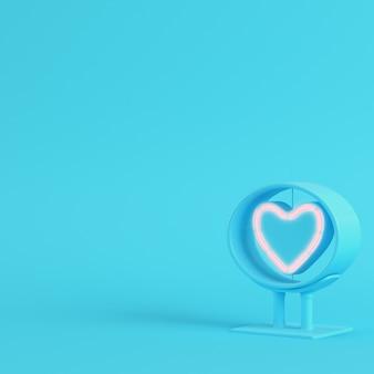 Forma di cuore al neon nel telaio su sfondo blu brillante