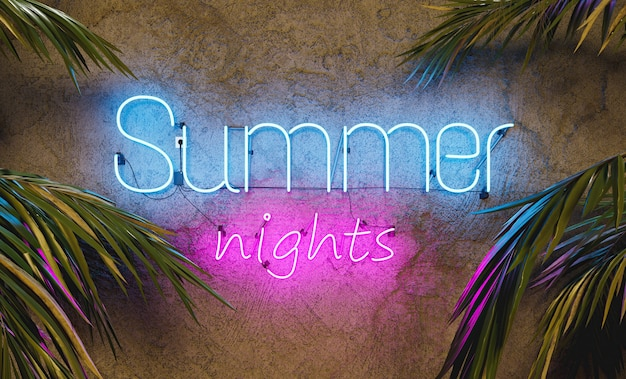 Insegna al neon sul muro di cemento con la parola summer nights e foglie di palma sui lati