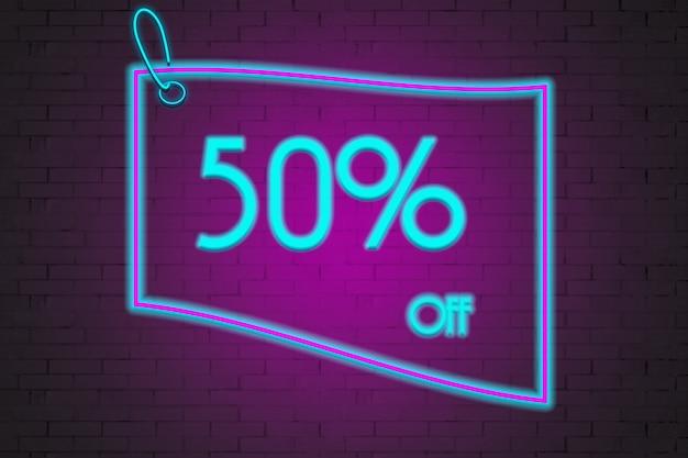 Etichetta al neon con 50 di sconto sullo sfondo di un muro di mattoni