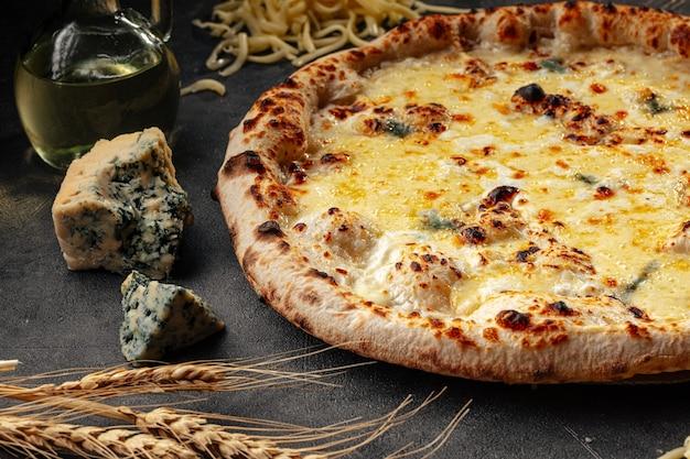 Pizza napoletana ai quattro formaggi su superficie decorata