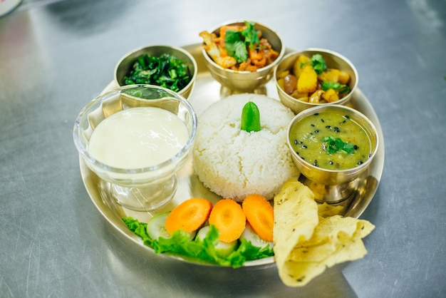 Dal bhat nepalese, cibo tradizionale nepalese, thamel kathmandu