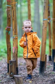 Nipote che gode della giornata nel parco tra l'ostacolo dell'albero di bambù
