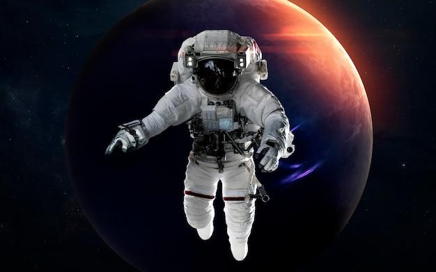 Nettuno con l'astronauta davanti al pianeta. sistema solare. elementi di questa immagine forniti dalla nasa