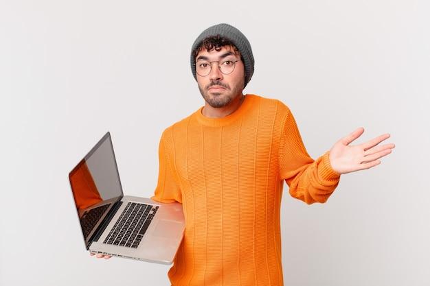 Uomo nerd con il computer che si sente perplesso e confuso, dubitando, ponderando o scegliendo diverse opzioni con un'espressione divertente