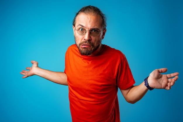 Uomo incapace nerd che fa gesti che non sa isolato