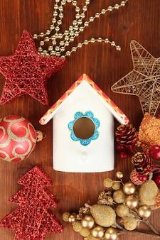 Scatola di nidificazione e decorazioni natalizie su fondo in legno