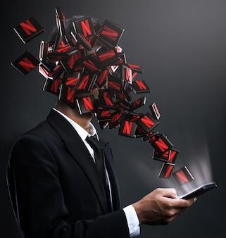 Icone di netflix che spuntano in faccia a un uomo