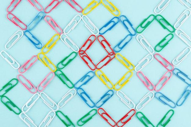 Concetto di rete con graffette colorate