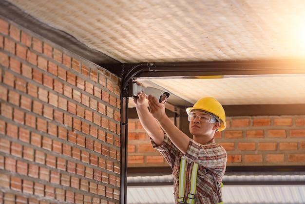 Rete nella sala di controllo per la progettazione.protocollo internet cctv telecamera e rete in fibra ottica installazione fai da te per la sicurezza.