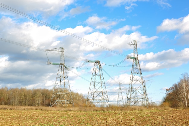 Rete linea elettrica ad alta tensione nel cielo