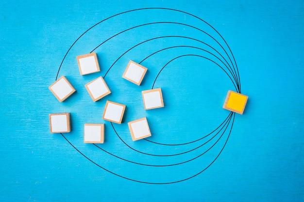 Concetto di collegamento di rete, blocchi di legno su legno blu.