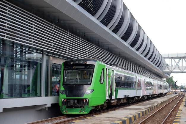 Il nuovo treno dell'aeroporto alla stazione ferroviaria sola di balapan, solo, indonesia