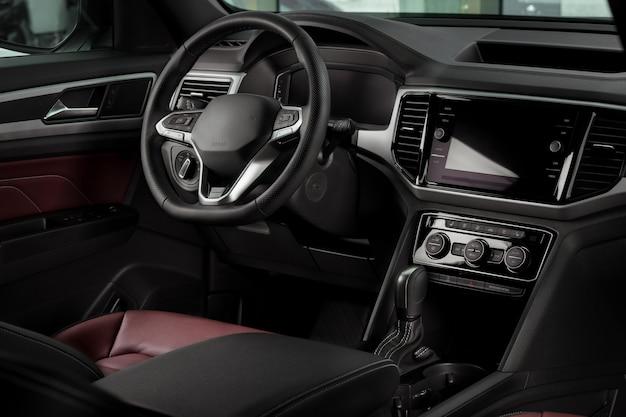 Nuovi dettagli interni da automobile con volante in pelle, cambio automatico e console centrale touchscreen
