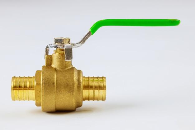 Nuovo rubinetto dell'acqua in ottone a sfera in diverse dimensioni su sfondo bianco isolato