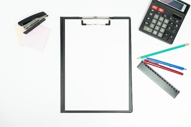 Nuovi appunti neri con strumenti per ufficio, vista dall'alto