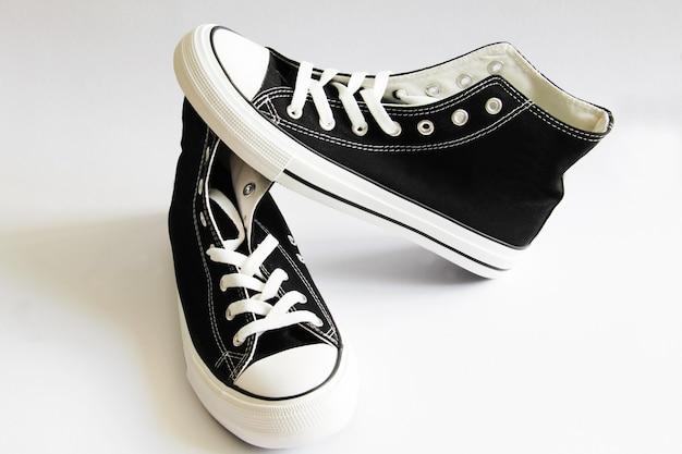 Nuove scarpe da ginnastica nere isolate su bianco