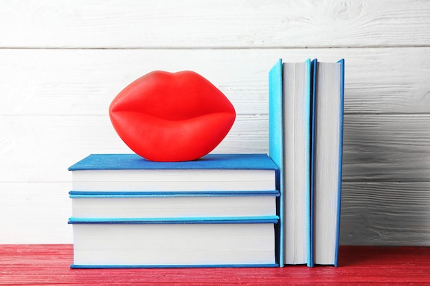 Nuovi libri su fondo in legno
