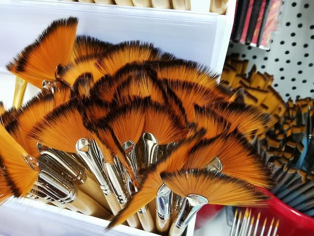 Nuovi pennelli per disegnare diversi tipi e dimensioni in negozio