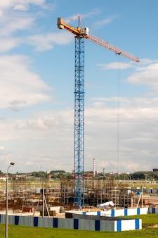 Un nuovo edificio è in costruzione con l'uso di gru a torre