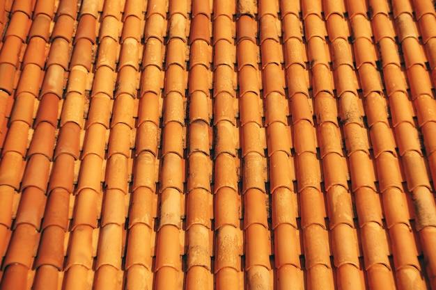 Nuove tegole marroni pulite sul tetto dell'edificio