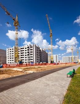 Nuova costruzione - costruzione della nuova casa nella nuova area della città.