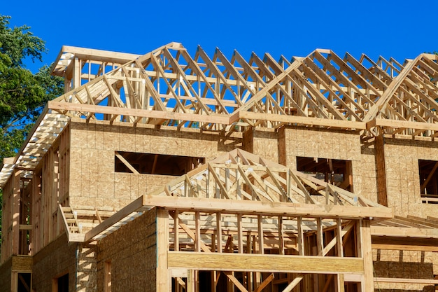 Inquadramento domestico dell'edilizia residenziale della casa della nuova costruzione contro un cielo blu