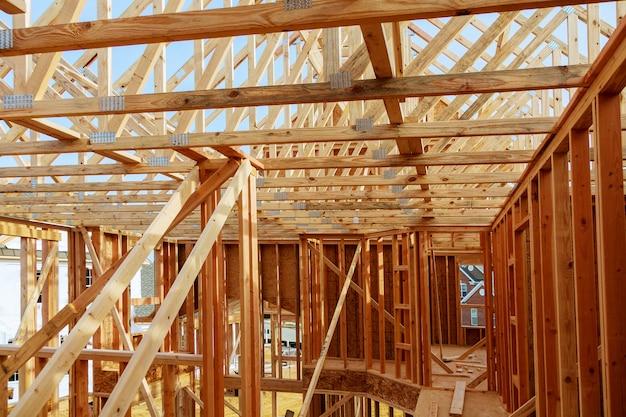 Estratto di incorniciatura della casa di legno della nuova costruzione.
