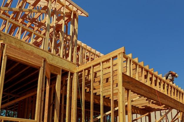 Estratto dell'inquadramento domestico di legno della nuova costruzione.