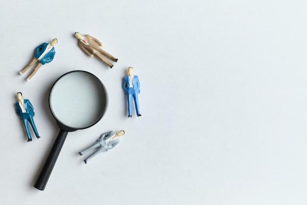 Nuovo concetto di ricerca dei dipendenti per lavorare con lente di ingrandimento e copia spazio.