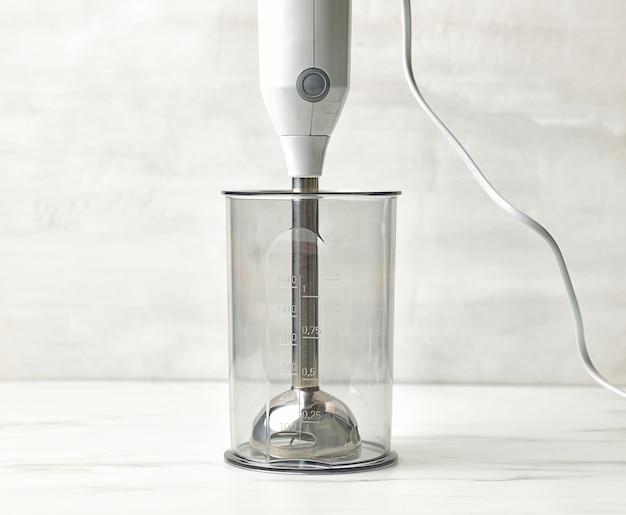 Nuovo frullatore vuoto sul tavolo da cucina bianco, pronto per fare il frullato