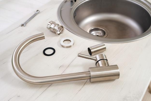 Nuovo rubinetto e strumenti per l'installazione nel lavello della cucina