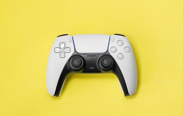 Nuovo controller di gioco next gen isolato