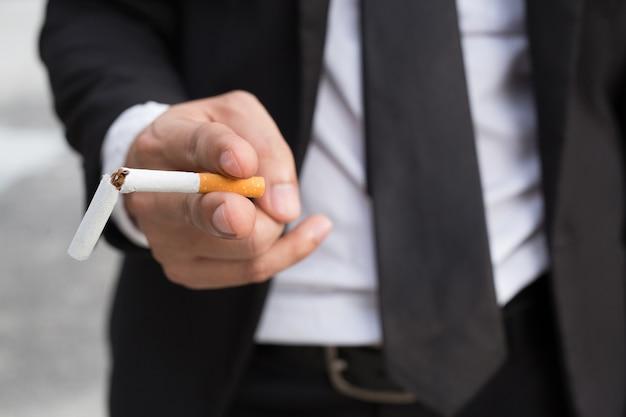 Una nuova generazione di uomini d'affari che rifiutano il concetto di sigarette per smettere di fumare