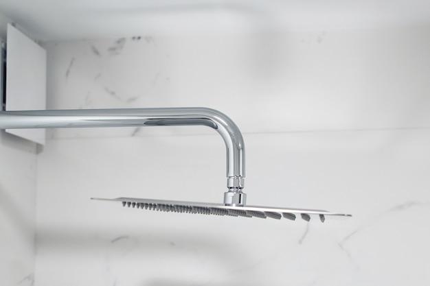 Nuovo soffione doccia in un bagno moderno, primo piano. soffione doccia sulla parete moderna.
