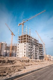 Nuove case a molti piani e gru edili